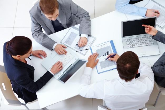 vista-superior-de-companeros-de-trabajo-planeando-una-estrategia_1098-2959